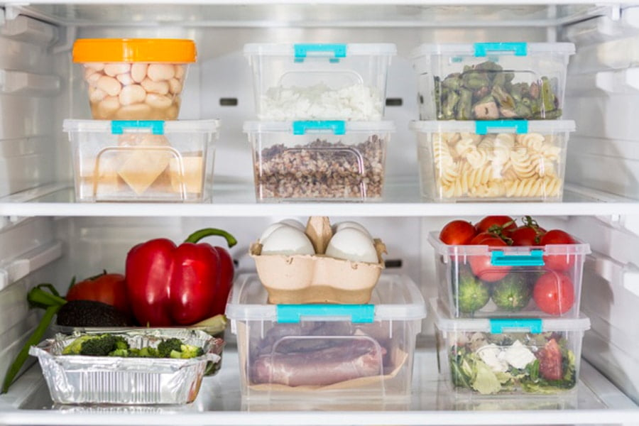 Cho thực phẩm vào hộp kín đặt vào tủ lạnh